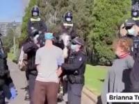 Australijska policja siłą nakłada ludziom maski