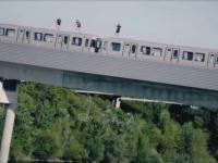 Ekstremalna jazda i skok do wody z pociągu