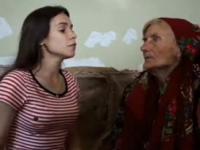 Ładna pani śpiewa z swoją babcią