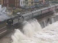Pociąg pasażerski na stacji kolejowej podczas sztormu
