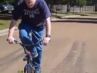 Dziadek robi sztuczkę na rowerze