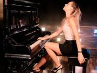 """Urocza pianistka gra """"Don't Stop Me Now"""" zespołu Queen"""