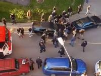 Ludzie sami przestawiają samochód, aby mogła przejechać straż