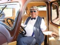 Człowiek, który kocha przedwojenne samochody