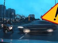 Przejeżdżający na czerwonym zmiata motocyklistę