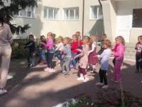 Wesoła poruszanka, czyli nauka tańca z uroczą panią na Ukrainie
