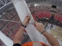 Zdejmowanie liny zabezpieczającej z dachu stadionu