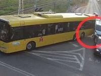 Kolizja - autobus zachodzi przy skręcie.