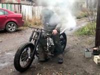 Mad Grigory i jego motocykl na pare