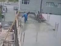 Zalewanie stropu na budowie