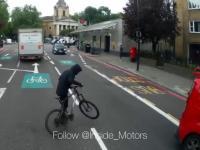 Rowerzysta wjeżdża prosto w samochód