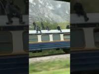 Tom Cruise pędzie na dachu pociągu