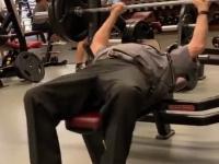 75-letni ochroniarz odwiedził na moment siłownię