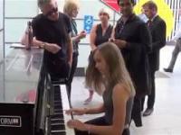 Dr K daje nastolatce lekcje gry na pianinie