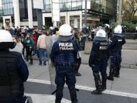 PROWOKACJA w Warszawie podczas pokojowego marszu demonstracyjnego