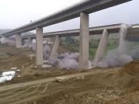Wyburzanie z detonacją wiaduktu w Niemczech