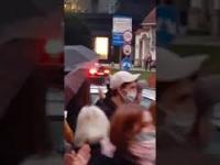 Policjantka podczas wrocławskiej demonstracji bije brawo