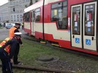 """Wykolejony tramwaj sam z powrotem """"wskakuje"""" na tory"""
