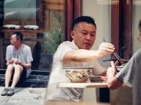 Starszy mężczyzna z chlebem - jak zareagują Chińczycy?
