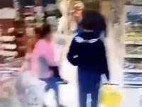 Matka zabiera nie swoje dziecko w sklepie