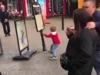 Chłopczyk walczy z plakatem