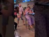 """Babcia zapodaje """"Dragulę"""" podczas karaoke"""