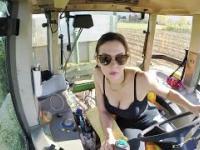 Urocza pani w swoim traktorze
