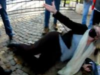 Marta Lempart brutalnie powala na ziemie Martę Lempart - interweniuje policja Żenujący spektakl