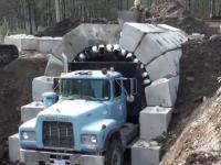 Budowa tunelu z wykorzystaniem ciężarówki.