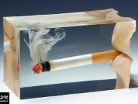 Palący się papieros eksplodował w żywicy