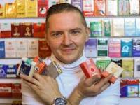 Człowiek, który zbiera papierosy z PRL-u