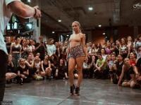 Pani tańcuje ku uciesze publiczności
