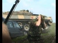 Czołg przez przypadek niszczy samochód kamerzysty