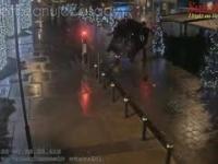 Uciekający przed policją 24-letni kierowca, uderza swoim pojazdem w wysuwany słupek