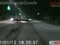 Kierowca na śliskiej nawierzchni nie wyhamował przed skrzyżowaniem. Knurów 12.01.21