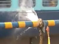 Indie - pociąg w interakcji z defektem rurociągu