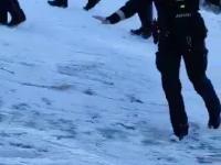 Gorliwa policjantka na lodzie