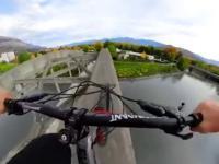 Ekstremalny przejazd rowerem przez most