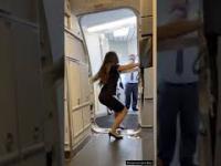 Jak prawidłowo zamknąć drzwi w samolocie