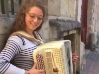 Akordeonistka gra na ulicy