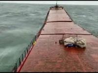 Fale łamią statek
