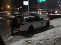 """Klub """"Wolność"""" w Gdańsku - tak zaparkował w jego okolicy reporter TVP"""