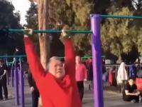 dziadek wywija na drążku