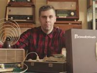 Człowiek, który kolekcjonuje radia z PRL-u