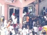 USA :Protesters are robbing a shop in Philadelphia