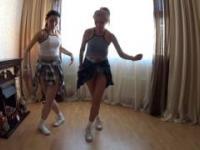 Mamusia tańczy z swoja córeczką