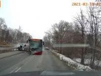 Groźne zderzenie busa z autobusem MZK