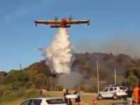 Niski przelot samolotów z zrzutem wody