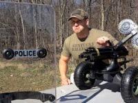 Kartaczownica Gatlinga kontra policyjna tarcza