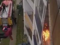 Skok z płonącego budynku